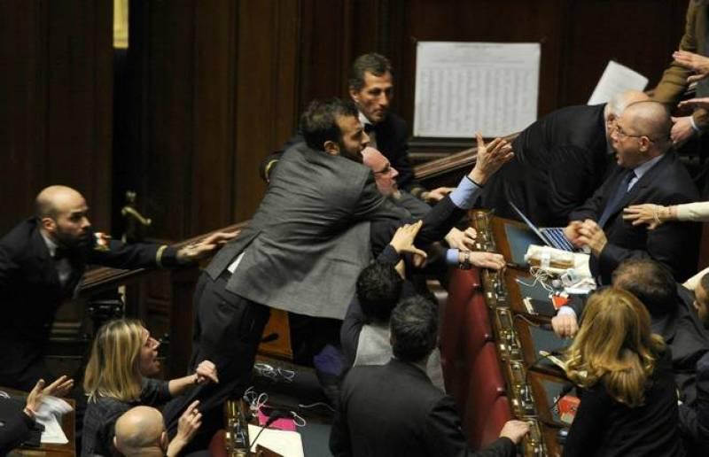 Cosa fa il parlamento parlano si ascoltano si divertono for Cosa fa l assistente alla poltrona